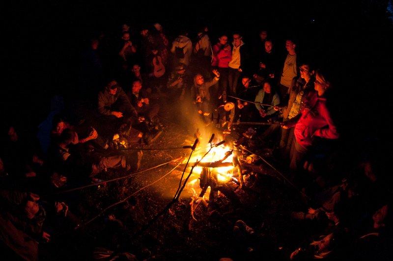 ognisko w nocy, pieczenie kiełbasek, Kryspinów pod Krakowem